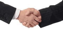 Une poignée de main entre deux hommes